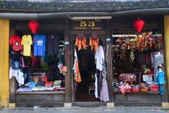 Loja de lembrança na cidade antiga de Hoian, Vietname Fotos de Stock Royalty Free