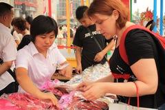Loja de lembrança na rua de Wangfujing em Beijing foto de stock royalty free