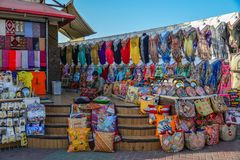Loja de lembrança no mercado local em Dubai imagem de stock