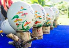 Loja de lembranças Ovos pintados da avestruz Ásia, Vietname desejos para ovos Imagem de Stock