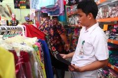 Loja de lembran?as em Banjarmasin, com uma variedade de produtos locais da especialidade imagens de stock