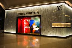 Loja de Louis Vuitton em Siam Paragon Mall em Banguecoque, Tailândia fotos de stock royalty free