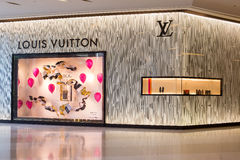 Loja de Louis Vuitton em Siam Paragon Mall em Banguecoque, Tailândia Imagem de Stock Royalty Free