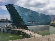 Loja de Louis Vuitton Maison Singapore Flagship em Marina Bay Sands fotos de stock