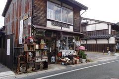 Loja de madeira antiga na rua da compra de Matsue em Matsue, Japão Fotografia de Stock