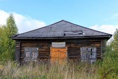 Loja de madeira destruída e abandonada na vila Fotos de Stock Royalty Free