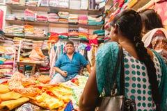 Loja de matéria têxtil na Índia foto de stock