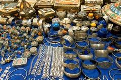 Loja de ofício árabe com os pendentes e as colares das caixas dos braceletes fotos de stock royalty free
