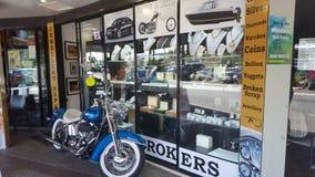 Loja de penhor interessante em Broadbeach com uma motocicleta fora de pronto para que alguém compre imagens de stock royalty free