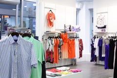 Loja de roupa brandnew europeia foto de stock royalty free