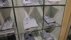 Loja de roupa com camisas vídeos de arquivo
