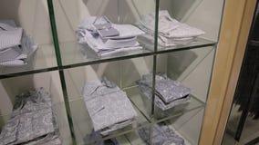 Loja de roupa com camisas video estoque