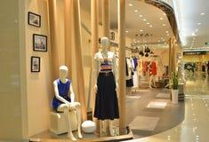 Loja de roupa da mulher foto de stock