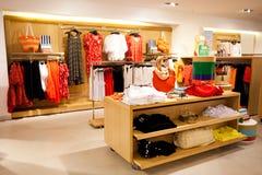 Loja de roupa das mulheres Fotos de Stock Royalty Free