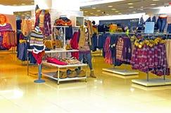 Loja de roupa do inverno das mulheres Imagens de Stock Royalty Free