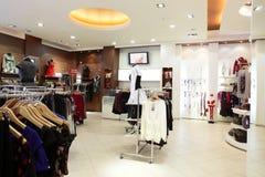 Loja de roupa europeia com coleção enorme fotos de stock
