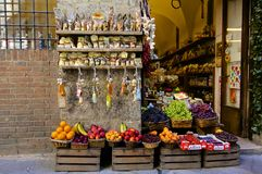 Loja de Siena Wine e do fruto Imagem de Stock Royalty Free