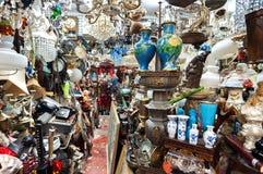 Loja de sucata desordenada no mercado superior da antiguidade da fileira de Lascar, Hong Kong Imagem de Stock