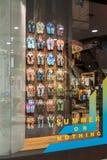 Loja de Superdry em Emquatier, Banguecoque, Tail?ndia, o 25 de abril de 2019: Exposi??o luxuosa e elegante da janela do tipo fotos de stock