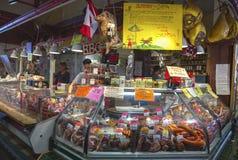 Loja de trabalho Granville Island Market Vancouver de Buthcer do contador do supermercado fino da carne dos povos BC foto de stock