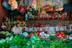 A loja de um vendedor no alimento do prabang do luang markten em laos Legumes frescos e frutos à escolha e aos outros ingrediente foto de stock royalty free