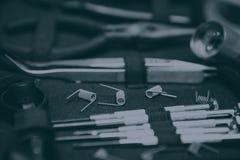 Loja de Vape com peças sobresselentes vaping modernas do dispositivo fotos de stock royalty free