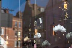 Loja decorativa do interior das luzes vista da parte externa fotos de stock