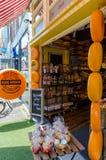 Loja deliciosa do queijo holandês no centro da cidade do Gouda imagem de stock
