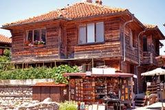 """Loja do ícone perto do prédio de apartamentos de dois andares velho ¿ do ï"""" as construções da cidade antiga de Nessebar em Bulgár imagens de stock"""