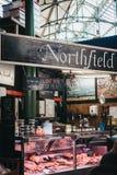 Loja do açougue de Northfield no mercado da cidade, Londres, Reino Unido imagens de stock