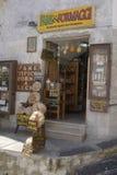 Loja do alimento e de vinho no ` Angelo de Monte Sant, Puglia, Itália Fotos de Stock Royalty Free