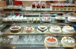 Loja do bolo com uma variedade de bolos Fotografia de Stock