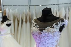 Loja do casamento dos vestidos de casamento foto de stock