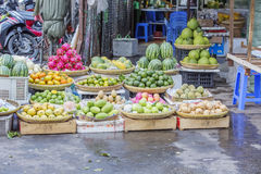 Loja do fruto no mercado imagens de stock royalty free