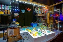Loja do Natal com as lembranças feitos a mão feitas do vidro Fotografia de Stock Royalty Free