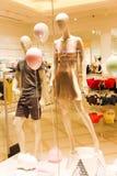 Loja do roupa de senhora - alameda de Dubai imagem de stock