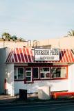 Loja do sanduíche da imprensa de Pierside na praia do selo, Condado de Orange, Califórnia foto de stock royalty free