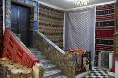 Loja do tapete com tapetes persas em Tunísia Imagem de Stock