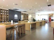 A loja do telefone celular de Huawei na alameda imagens de stock