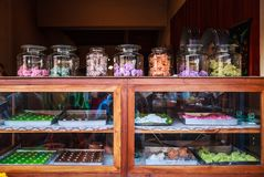 A loja doce tailandesa da sobremesa do vintage tradicional, vendendo variedades de petiscos, aperitivos, doces fez de orgânico tr fotos de stock royalty free