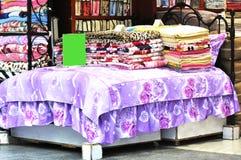 Loja dos Bedclothes fotografia de stock