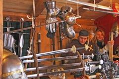 Loja dos braços do mercado do Natal da Idade Média foto de stock royalty free