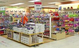 Loja dos calçados das crianças Fotografia de Stock