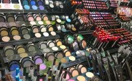 Loja dos cosméticos com grande variedade de produtos imagem de stock royalty free