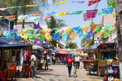 Loja dos povos abaixo das bandeiras de suspensão em Tijuana, México foto de stock royalty free