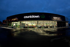 A loja e o logotipo da contagem regressiva iluminaram-se acima na noite Fotografia de Stock