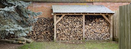 Loja e woodpile do log fotos de stock royalty free