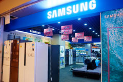 Loja elétrica dos dispositivos do agregado familiar de Samsung Foto de Stock