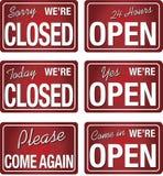 A loja fechada aberta assina dentro a cor vermelha Foto de Stock