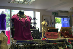 06 08 2015, loja interna da caridade da investigação do câncer em Linlinthgow em Escócia, Reino Unido Fotografia de Stock Royalty Free